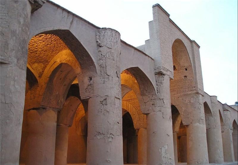 مقایسه آجر قدیم و آجر جدید مسجد تاری خانهی دامغان